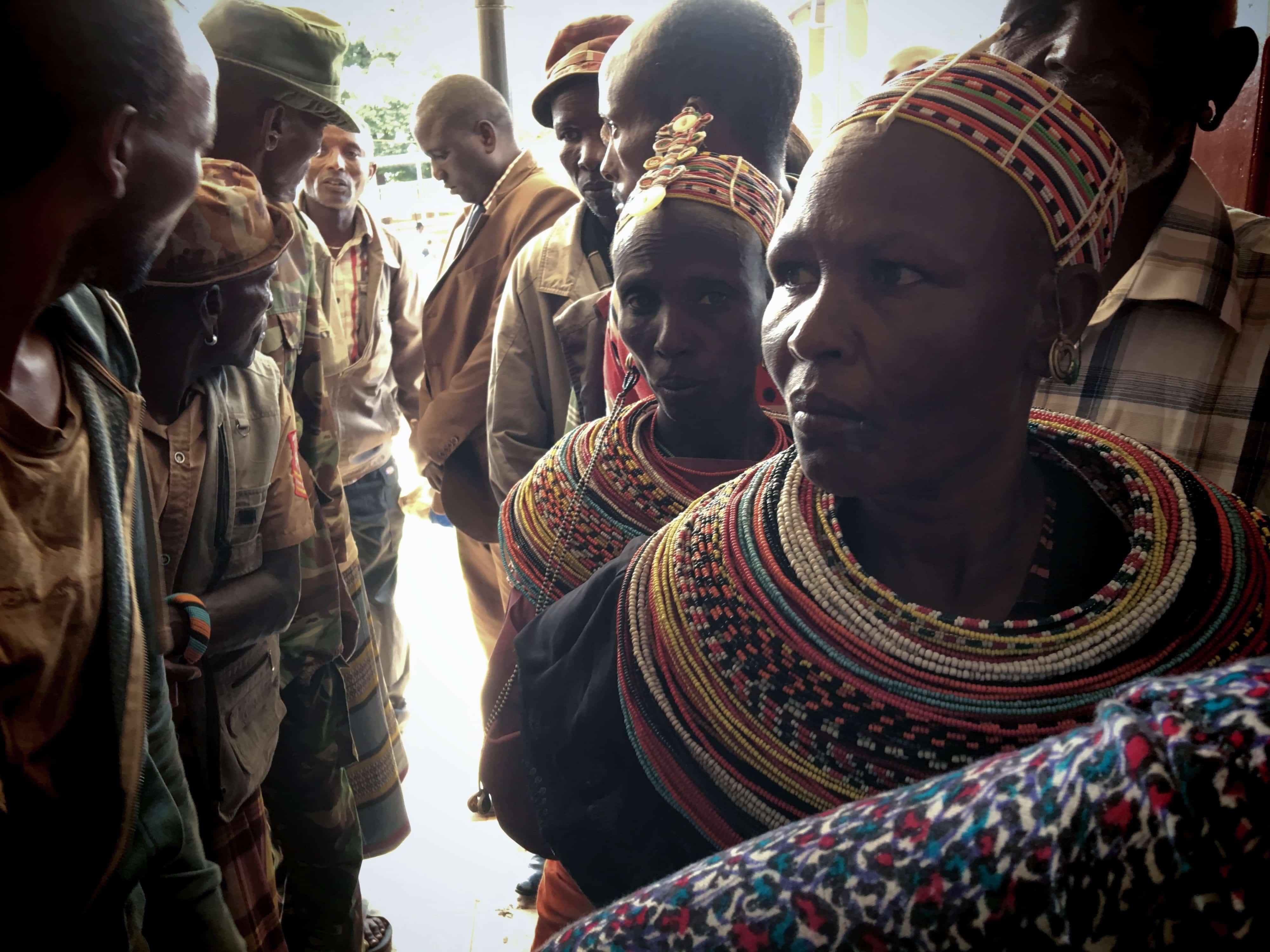 Kvinder fra Rendille-stammen følger med i retssagen i Meru. De har rejst i flere dage for at vise deres bekymring. Foto: Shafiur Rahman, Danwatch.