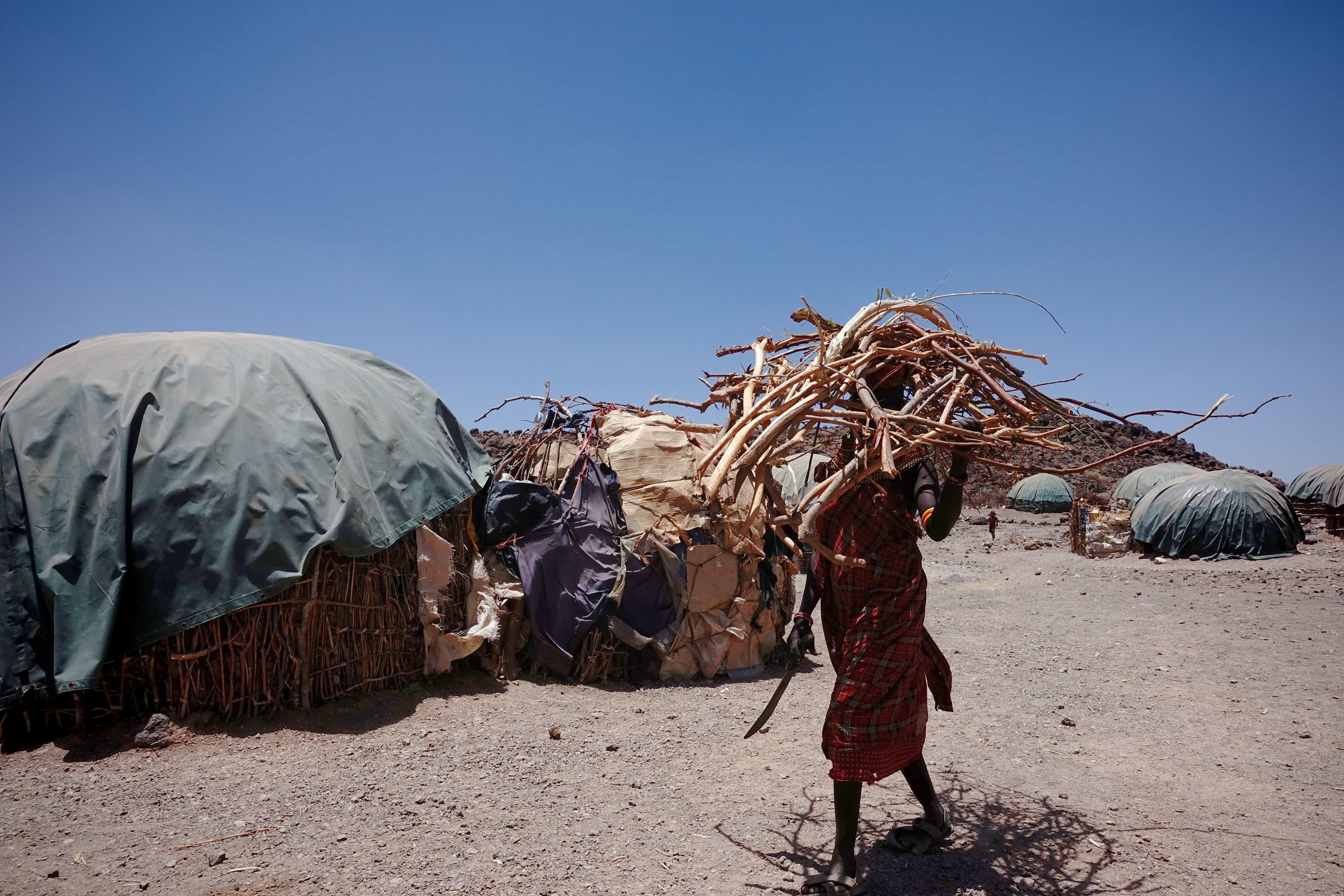 Turkana-kvinde henter brænde til madlavning eller salg i Sarima. Foto: Shafiur Rahman, Danwatch.