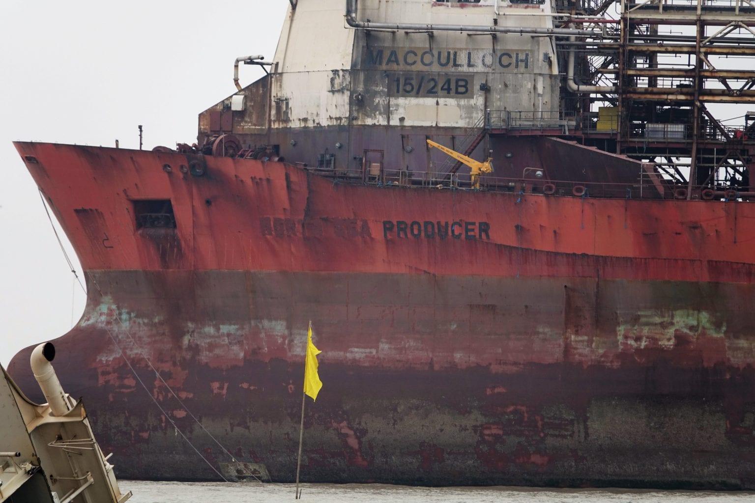 Det udtjente Mærsk-skib North Sea Producer lå klar til ophugning da Danwatch besøgte Bangladesh i 2016. Nu har højesteret i Bangladesh dømt ophugningen ulovlig. Foto: Norma Martinez/Danwatch