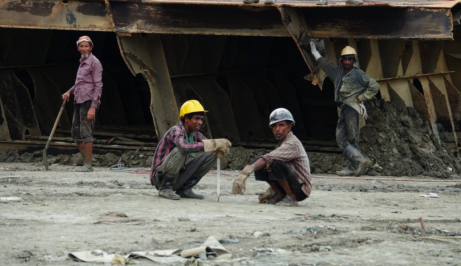 Arbejdere på Janata Steel værftet. Deres arbejdstøj lever hverken op til ILO eller Mærsks egne standarder for sikker skibsophug. Foto: S. Rahman/Danwatch