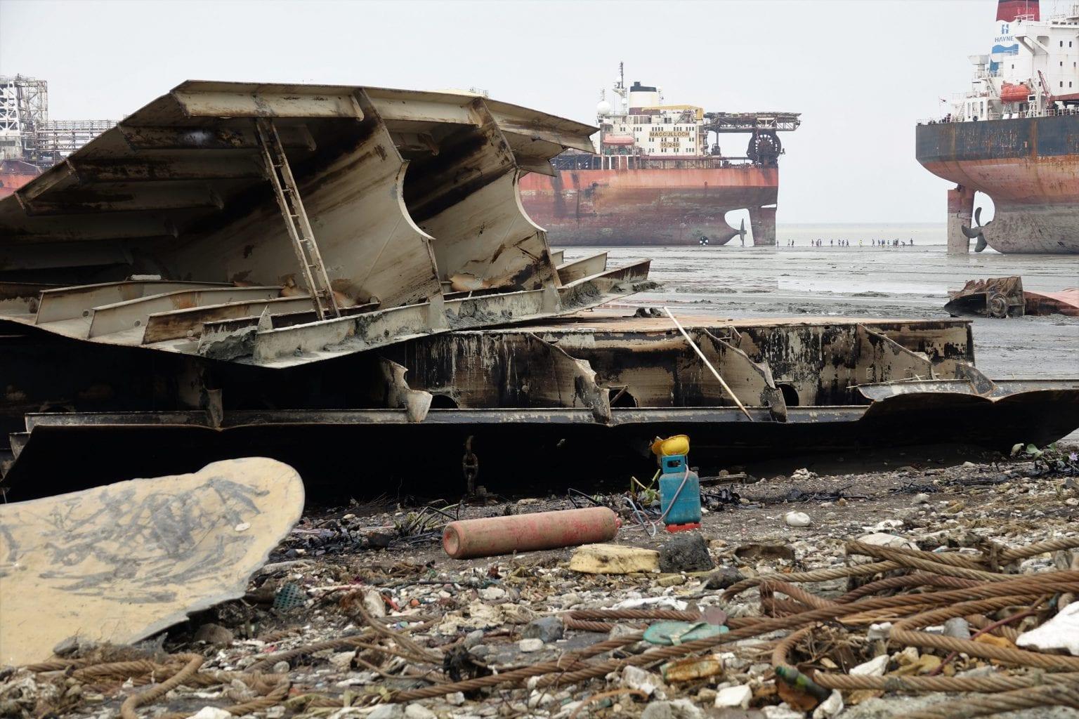 Stålplader, metalskrot og vragrester ophugges og sorteres på Janata Steel. I baggrunden ses Mærsk-skibet Producer. Foto: S. Rahman/Danwatch