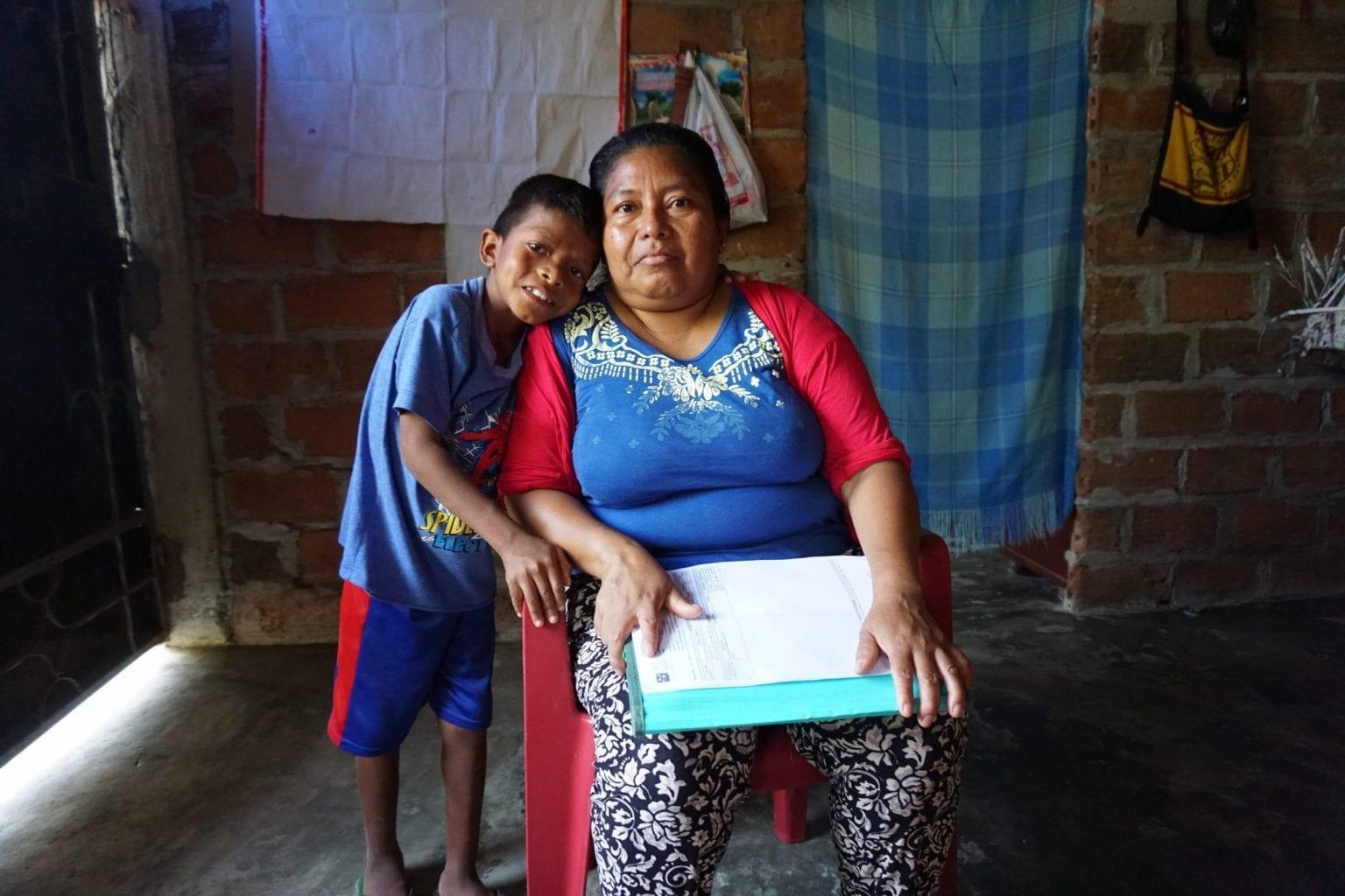 Sara med sin søn Brandon. Hun ønsker, at han får en uddannelse, så han kan komme væk fra bananplantagerne.