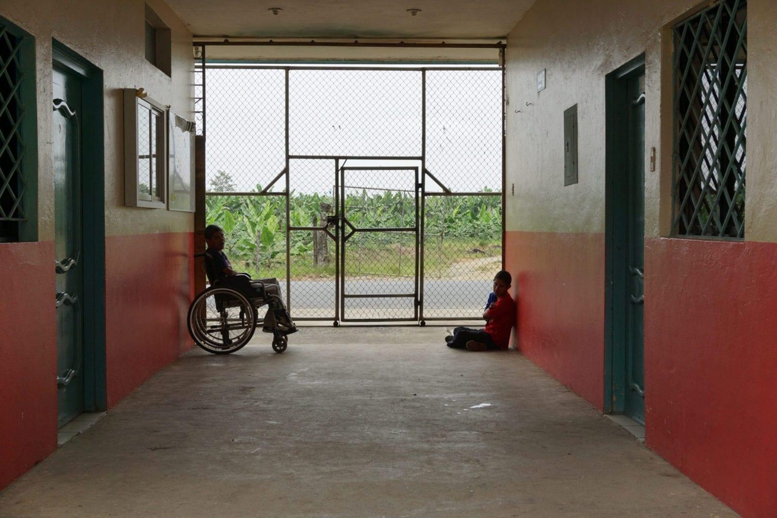Mange børn bliver født med misdannelser som følge af pesticiderne. Her ses to drenge på en lokal skole.
