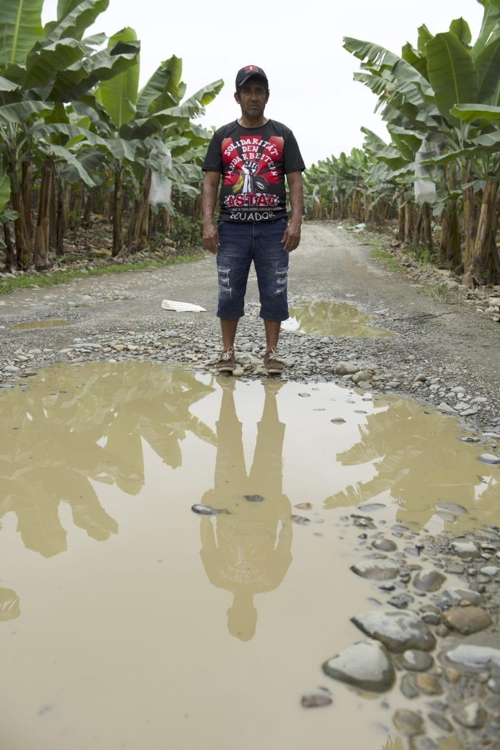 Det er farligt at sige fra over for arbejdsforholdene. Her ses Luis Ochoa, tidligere bananarbejder gennem mere end 30 år. Han må gemme sig, efter at han har modtaget mordtrusler for at være med til at organisere andre bananarbejdere.