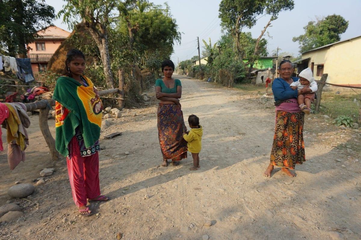Asha Majhi (i midten) er 27 år, og sammen med sine tre døtre er hun hjemme i landsbyen Rajahar, cirka seks kilometer nede af floden fra Carlsbergs bryggeri.  Når vi møder hende, er hendes svigerbror og tre nevøer er ude at fiske.