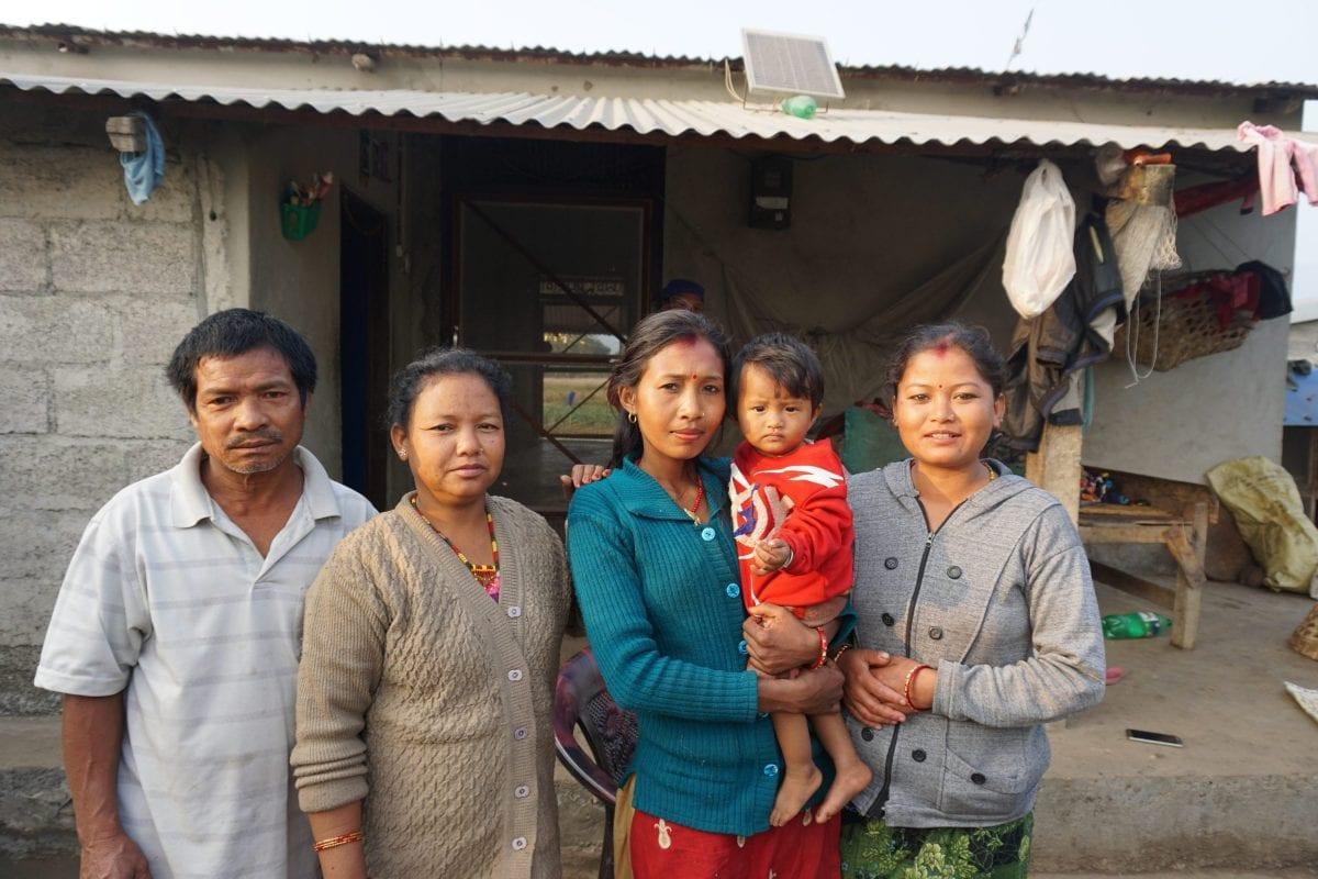 """I en landsby ud til Narayani-floden bor familien Bote. Familien har egentlig syv medlemmer, men to af dem er ude og fisker.    """"Nogen gange finder de skadede fisk. Men jeg ved ikke præcis hvor de finder de skadede fisk, jeg ved ikke om det er oppe ved bryggeriet"""", fortæller  Ishwori Bote (25), som har sin et år gamle søn på armen."""