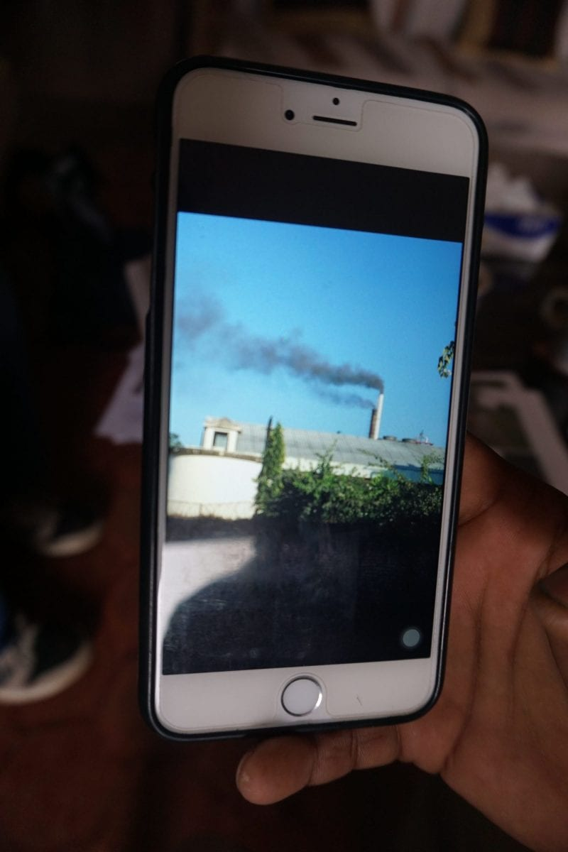 Sort røg fra Gorkha-bryggeriets skorsten. Mobilfoto taget af naboer til bryggeriet i august 2017. Ifølge eksperter er den sorte røg et tegn på partikelforurening.