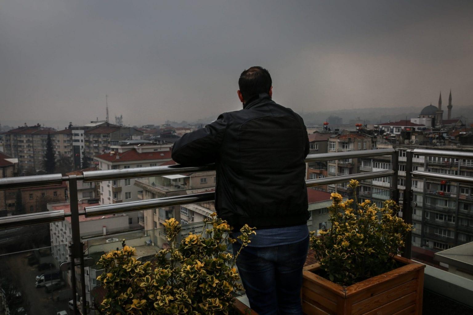 """Ahmad (28) forlod Aleppo da volden kom stadig nærmere.  Ahmad tilbragte en måned i en grænseby på syrisk side, før han fandt en smugler som han stolede på. """"Jeg kunne se muren blive bygget, så jeg blev nød til at tage turen over grænsen så hurtigt som muligt"""". Ahmad er ikke hans egentlige navn. Foto: Maya Hautefeuille"""