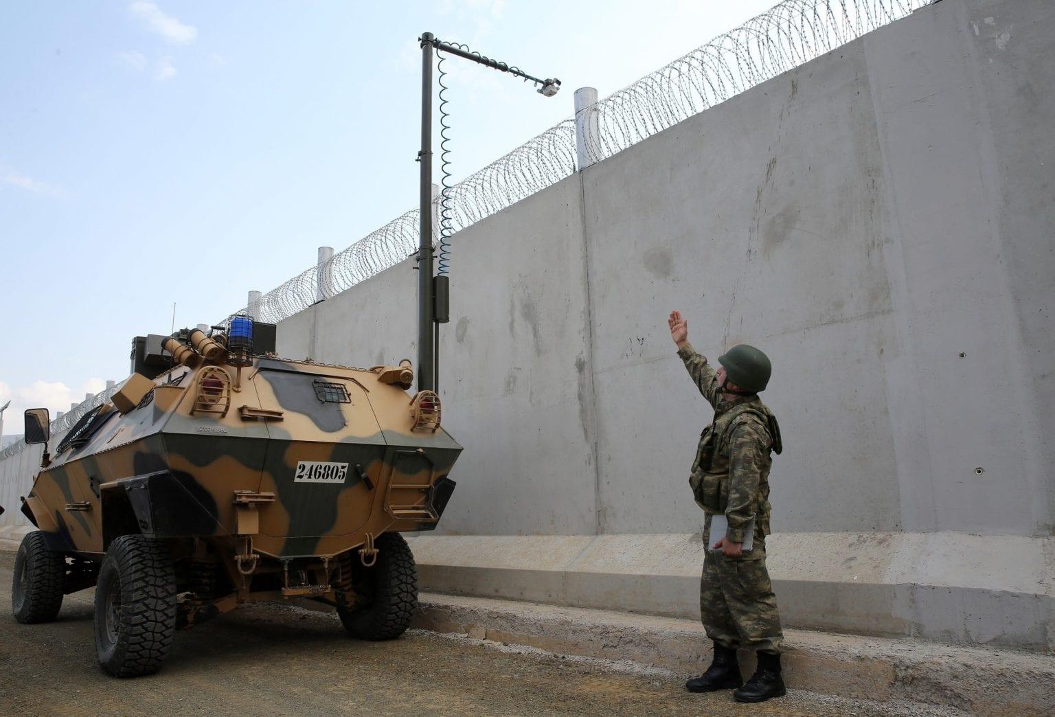 Tyrkiske soldater patruljerer grænsemuren mod Syrien, ved hjælp af militærkøretøjer indkøbt af EU. Foto: Getty Images.