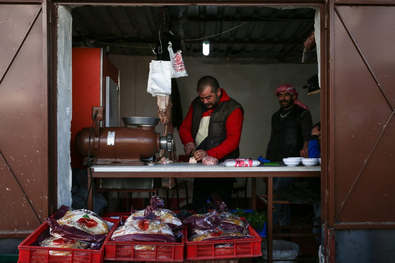 """""""Tidligere var der ingen der betalte for at krydse grænsen. I takt med at muren er blevet bygget, er det blevet dyrt at krydse, og fordi det er blevet sværere, er det kun ved hjælp af smuglere man kan komme over"""", siger Samir Abbadi, en syrisk mand som i dag bor i Tyrkiet, hvor han driver en lille slagter i Kilis nær den syriske grænse. Foto: Maya Hautefeuille"""