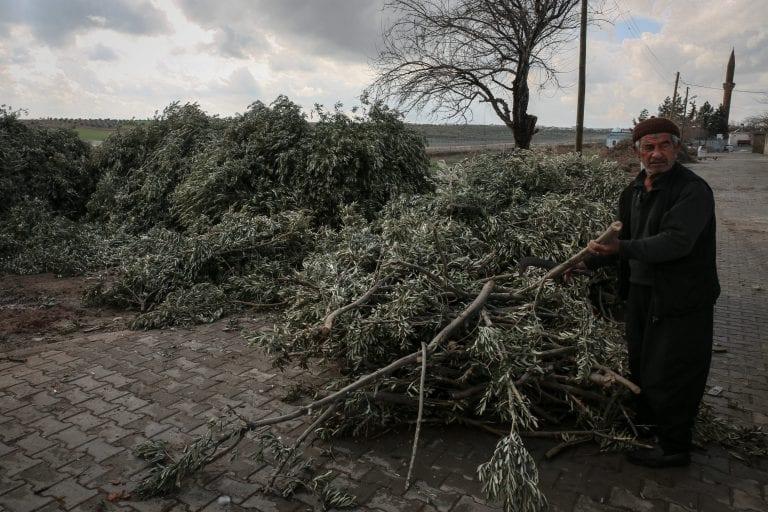 """Osman Kulte (74) og hans familie har boet i Akinci, en tyrkisk landsby ved den syriske grænse, i årtier. På en enkelt dag kunne landsbybeboerne observere et tusinde flygtninge fra krigen i Syrien komme ind i Tyrkiet gennem landsbyen. Det var før muren blev bygget. """"Der var mange der krydsere grænsen her, ind til muren blev færdig for omkring syv måneder siden. Så stoppede det"""", siger Kulte. Foto: Maya Hautefeuille"""