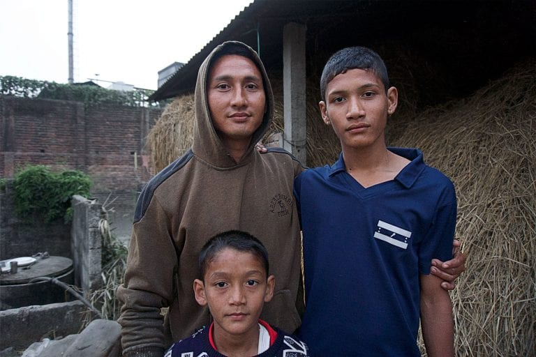 """Sagar Kadariya (33) er en af de nærmeste naboer til Gorkha Brewery, Carlsbergs bryggeri i Nepal.   Han er bekymret for, hvad soden fra bryggeriet gør ved hans to sønner, og hans dyr. """"Der er sod overalt, på blomkålen, og i græsset vi giver til køerne"""".   Soden giver også familien øjenproblemer, fortæller han.    """"Nogen gange får vi soden i øjnene, det svier og brænder, og jeg har været nød til at tage min sønner med til øjenhospitalet"""""""