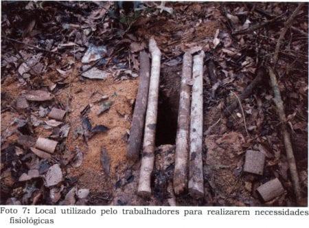 Arbejderne måtte benytte dette som toilet.  Ibama - Brasiliens føderale miljø agentur - har i 2015 kaldt virksomheden Gondim Group, som ejer savværket, for et af de fem største miljøforbrydere i Para, Brasilien.
