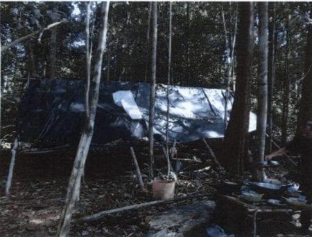 Arbejderne boede i en faldefærdig hytte, og der var intet toilet på området. Om natten sov de i hængekøjer og var udsat for myg, som er farlige i Amazonas på grund af malaria samt angreb fra slanger og skorpioner i regnskoven.