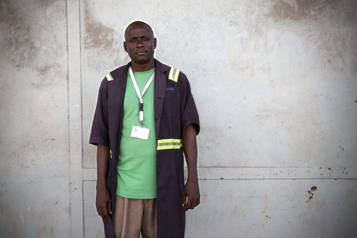 """Charles Ebuya er 41 år gammel og har været bærer i 12 år. Han er """"regular"""" men har aldrig set en kontrakt. Løn: 500 shilling (ca. 32 kr.) for en vagt på 8 timer, der ifølge flere arbejdere uden for varehuset ofte bliver til 12 – uden ekstra betaling. Foto: Linda Bournane Engelberth"""