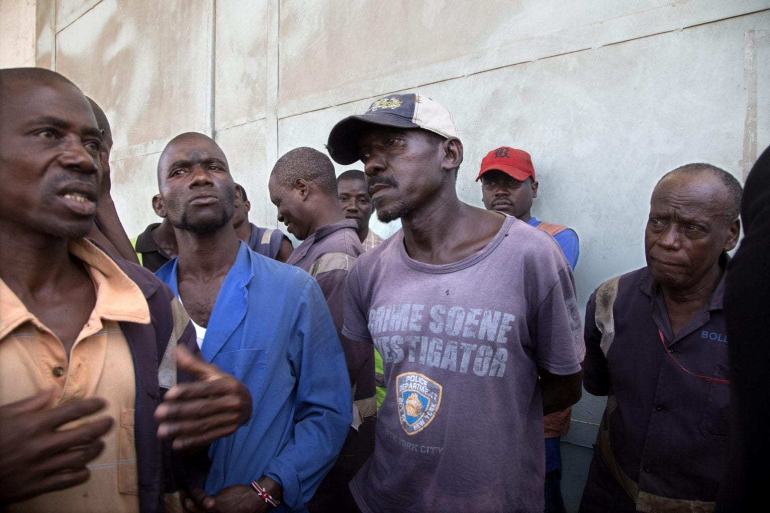Hamisi Ngui (i violet t-shirt) får 11 shilling (ca. 70 øre) pr. sæk, han flytter. På en dag kan det  blive til 700 og nogen gange 1.000 shilling (ca. 64 kr), hvis han flytter sække til ud på natten. Andre dage er der ikke arbejde til ham. Foto: Linda Bournane Engelberth