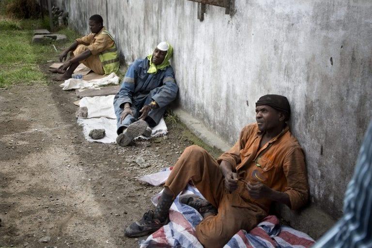 Et skib er i havn med cementstøv, og derfor bor disse arbejdere på havnen i Mombasa. Lige nu venter de på, at lastbilerne bliver fyldt, så de kan komme i gang med arbejdet. Foto: Linda Bournane Engelberth