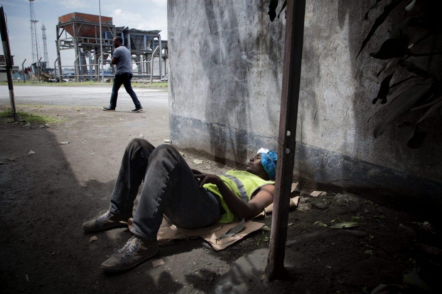 Har man ikke et fast arbejde på havnen, koster det 200 kenyanske shilling (ca. 12 kroner) at komme ind. Derfor vælger mange løsarbejdere at overnatte på området i de perioder, hvor der er arbejde til dem. Foto: Linda Bournane Engelberth