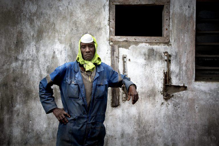 Peter Kamau har selv ind i mellem problemer med vejrtrækningen og har derfor anskaffet sig en støvmaske. Foto: Linda Bournane Engelberth