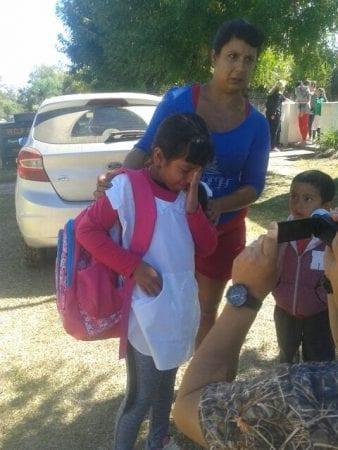 Pige fra Carlos Sourigues-skolen den 16. marts 2018, da hun bliver hentet af sine forældre.