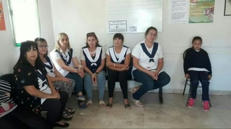 Her sidder lærere fra Carlos Sourigues-skolen på det nærliggende hospital og venter på at blive tilset efter elever og lærere blev evakuereret den 16. marts.