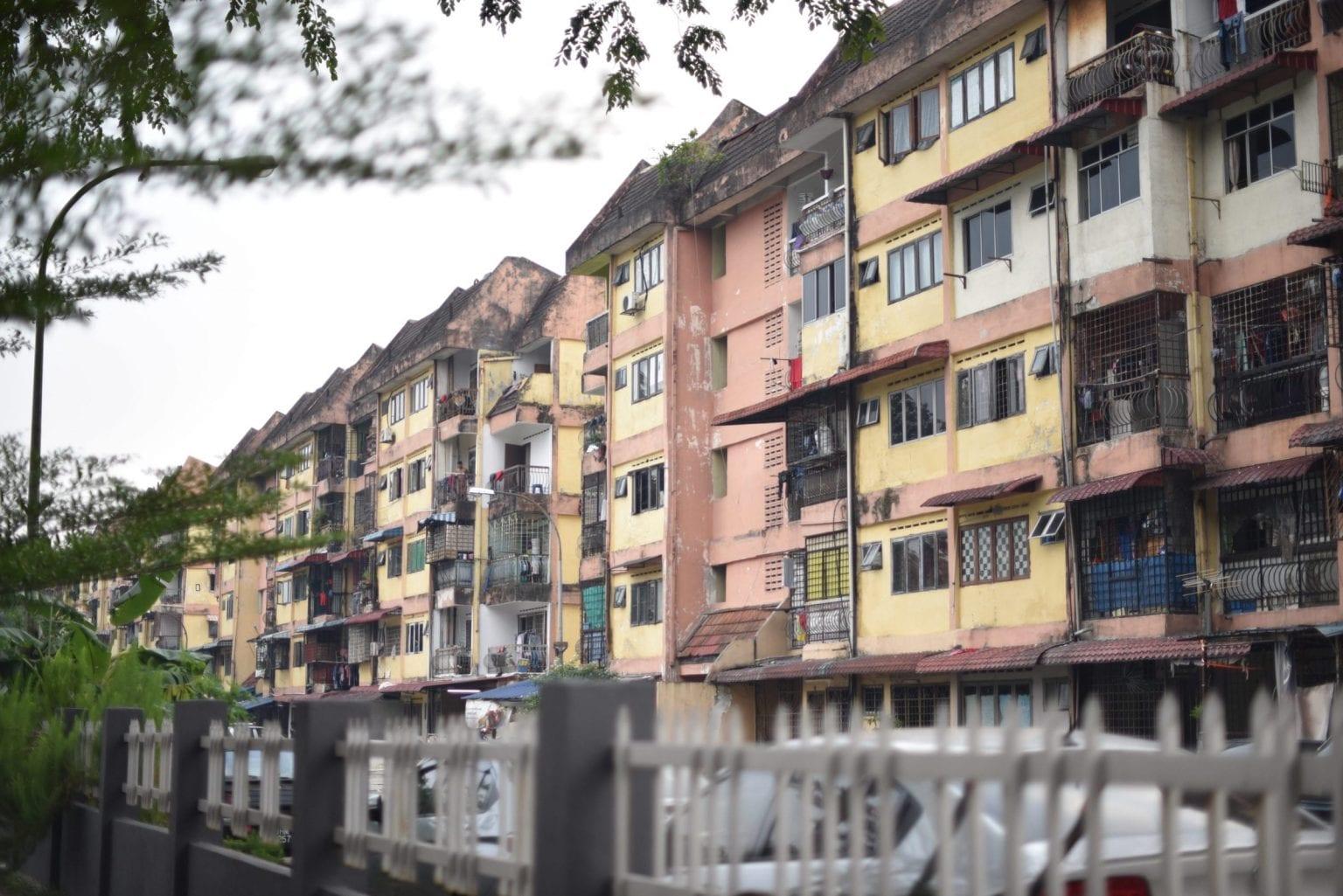 Migrantarbejderes hostels i udkanten af Kuala Lumpur. Husene her er i en nogen anden tilstand end bygningerne i downtown Kuala Lumpur.