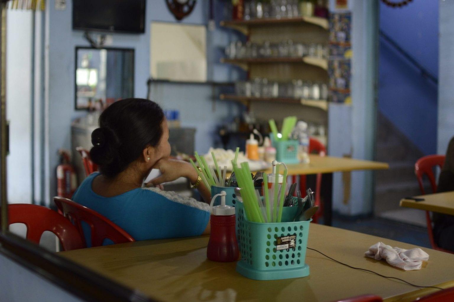 'Alina', en nepalesisk tidligere ansat på en fabrik, der leverer til Panasonic og Toshiba, hævder, at hun blev frataget sit pas på fabrikken. Da hun blev opsagt på grund af en omlægning af produktionen, krævede fabrikken enorme pengebeløb for at levere hendes og andre ansattes pas tilbage, siger hun. 'Alina' er derfor gået under jorden og lever nu uden papirer i Malaysia, hvor hun arbejder på en restaurant. Da Danwatch møder hende, har hun ikke været udenfor i en uge af frygt for at blive arresteret af malaysisk politi.