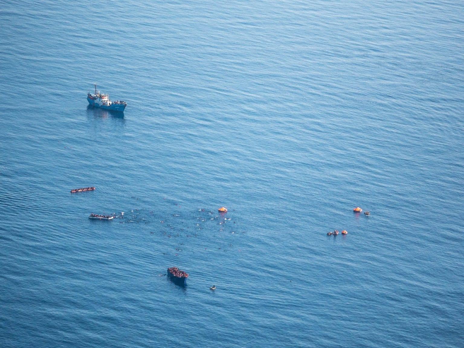 Ud over at koordinere redningsindsatsen i Middelhavet, træner, udstyrer og finansierer EU den libyske kystvagt, Libyan Coast Guard, der er ansvarlig for redningsoperationer i et stort område mellem Libyen og Italien. Foto: Seawatch