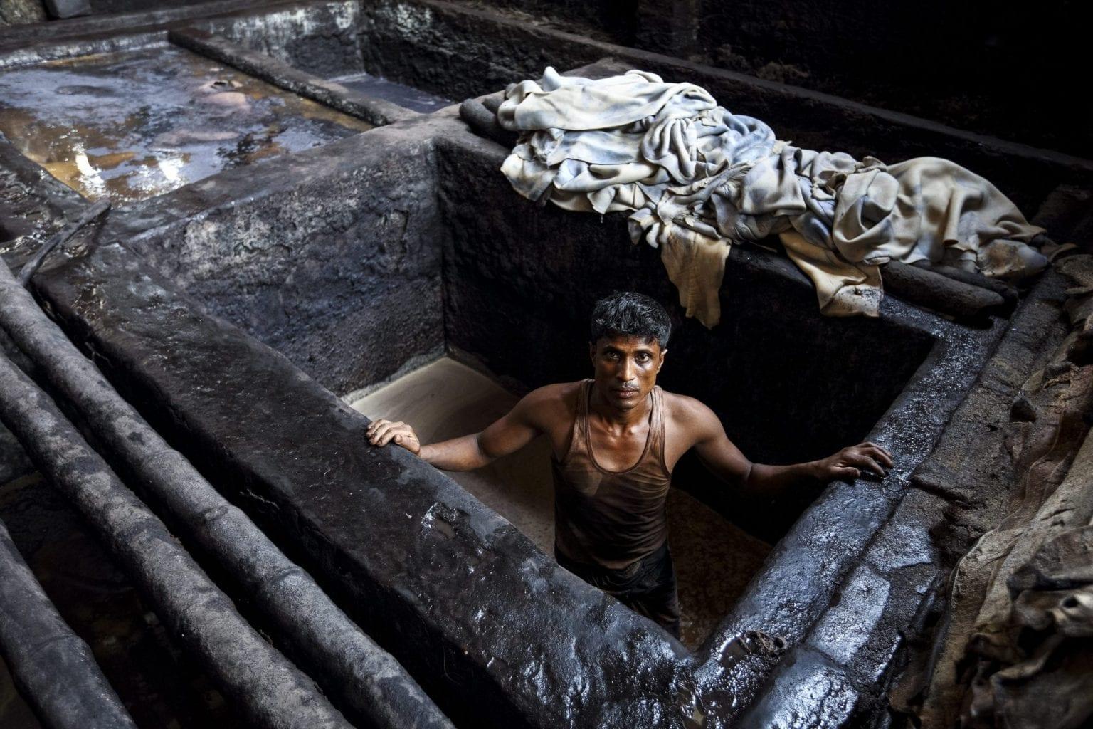 Shahabuddin på 37 er tidligere garveriarbejder på fabrikken Hazaribagh i Bangladesh. Farvning og garvning af læder foregår ofte uden beskyttelsesudstyr i åbne kar med kemikalier og skind. Foto: GMB Akash