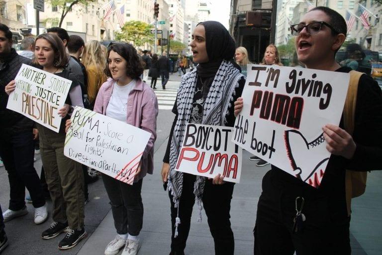 Demonstranterne foran PUMAs butik på Manhattan er imod den tyske sportstøjgigant på grund af sponsorering af det israelske fodboldforbund. Foto: Joe Catron/Flickr