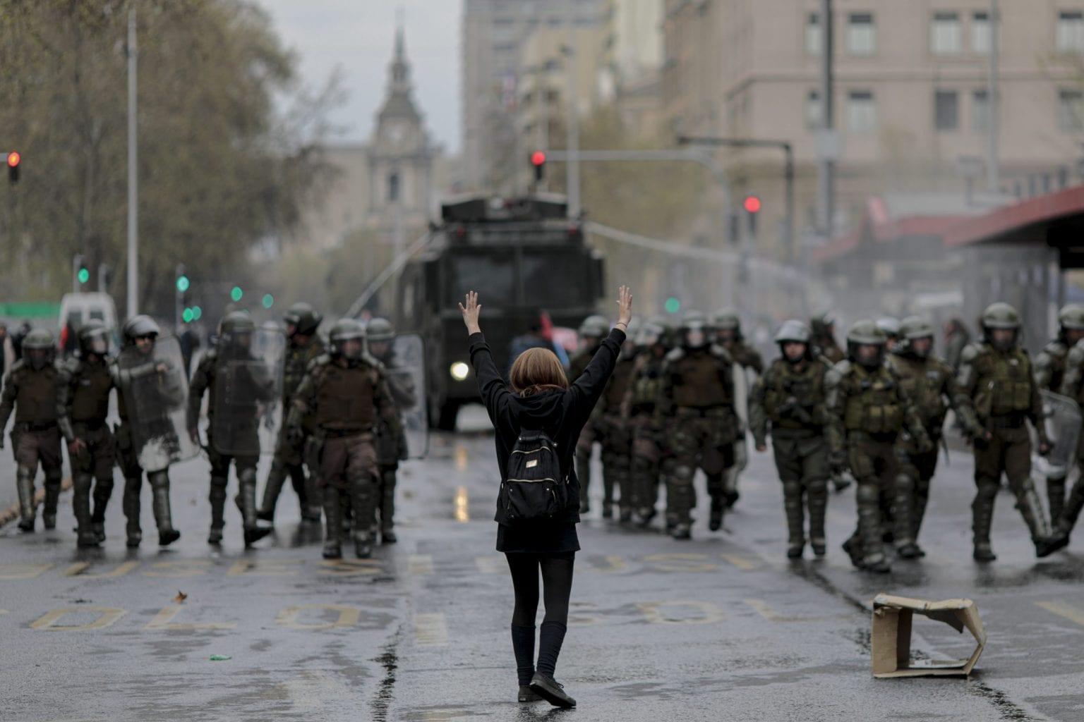 """Demonstration i Santiago i september under parolen """"Stop minedriften der ødelægger vores økosystemer"""". Rovdrift på Chiles naturressourcer og marginaliseringen af landets oprindelige folk har været temaer, der har ført til konfrontationer både før og under de nuværende nationale protester."""