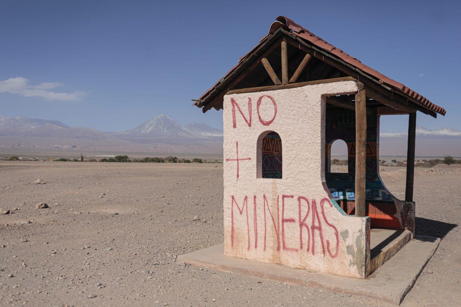 """""""Nej til minedrift"""" skrevet på et busstoppested uden for San Pedro de Atacama."""
