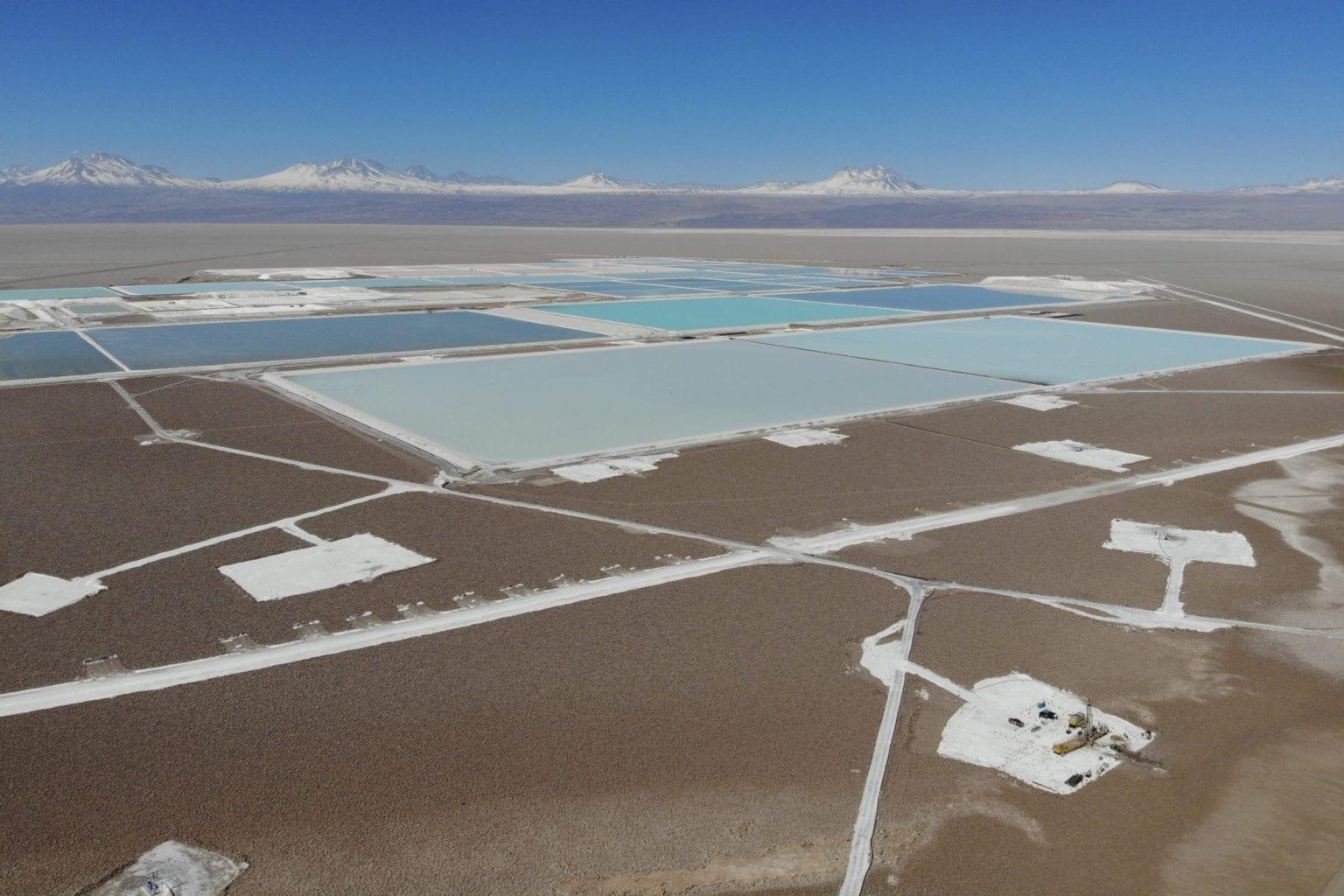 Bassinerne, vi fanger på vores dronebillede her, er kun en mindre del af Atacamas litiumudvinding, som i alt dækker omkring 80 kvadratkilometer.