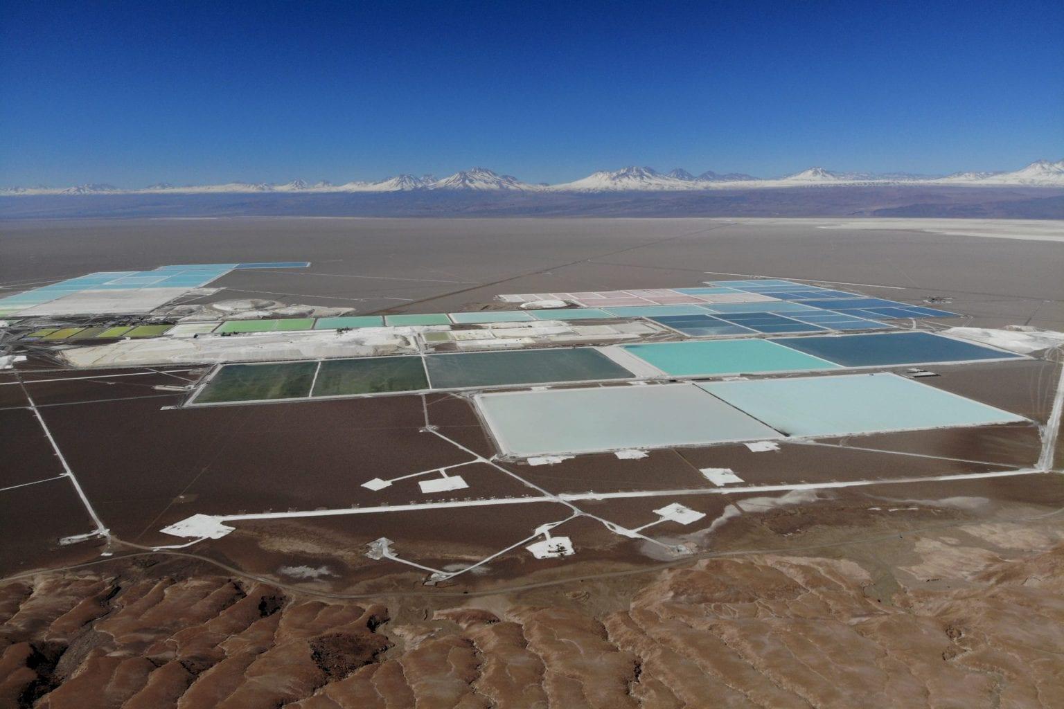 Bassinerne, vi fanger på vores dronebillede her, er kun en mindre del af Atacamas litiumudvinding, som i alt dækker omkring 80 kvadratkilometer. Den lillebitte sorte prik på vejen nederst i billedet til venstre for midten er den ellers store firhjulstrækker, vi kørte rundt i.