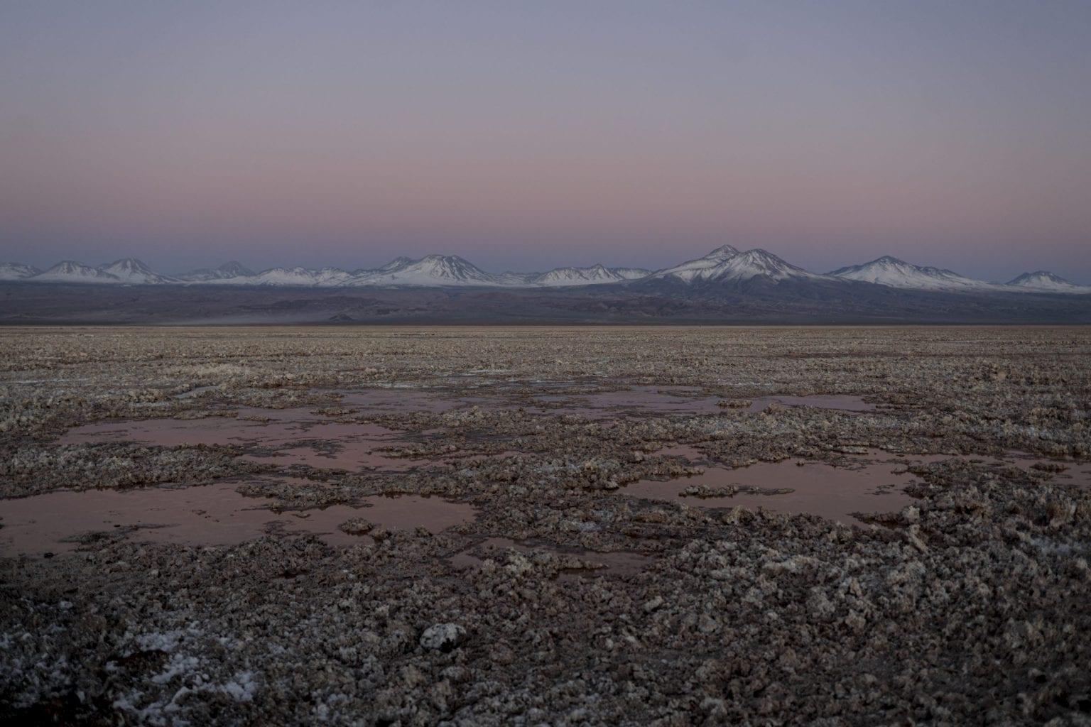 Det meste af Atacama-ørkenen er dækket af grus, sand, saltskorpe og lavasten fra områdets mange vulkaner.