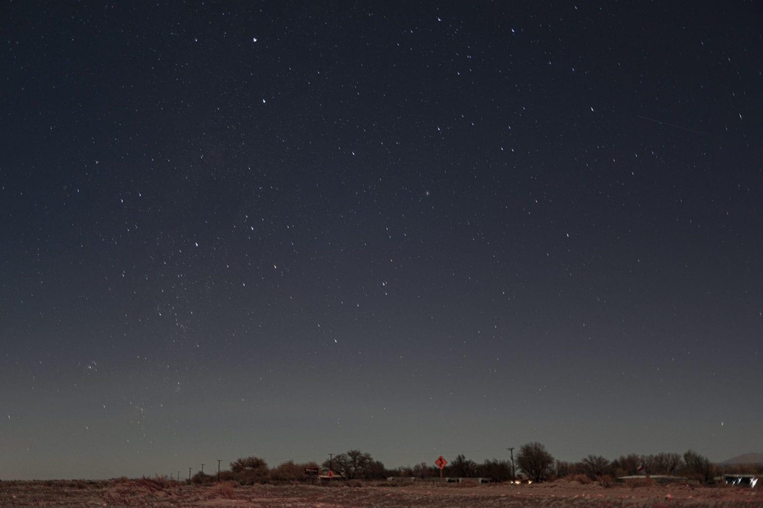 Atacama er et af jordens bedste steder at observere himmelrummet – blandt andet på grund af den lave mængde fugt og få skyer. Teleskoper fra hele verden er placeret i ørkenen.