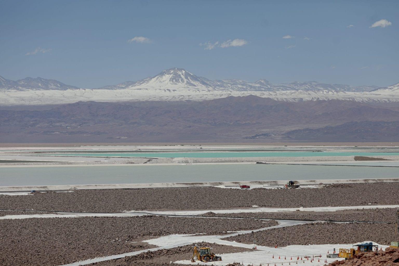 Litiumudvinding i Atacama. Saltvand fra ørkenens undergrund pumpes op i enorme bassiner, hvor det fordamper.