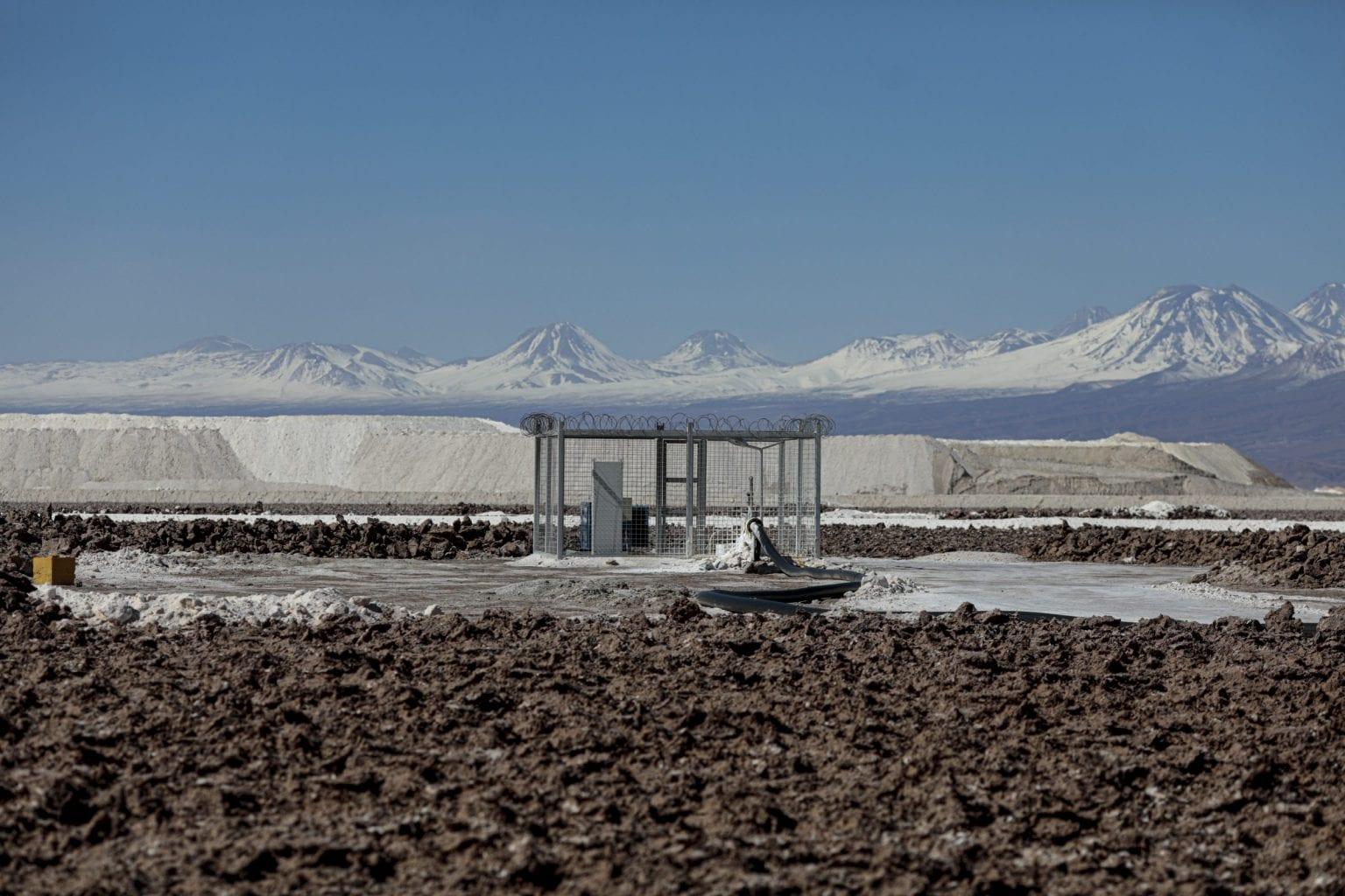 Pumpe der suger saltlage op fra Atacamas undergrund. SQM og Albemarle har tilsammen licens til at pumpe omkring 2000 liter saltvand op i sekundet.