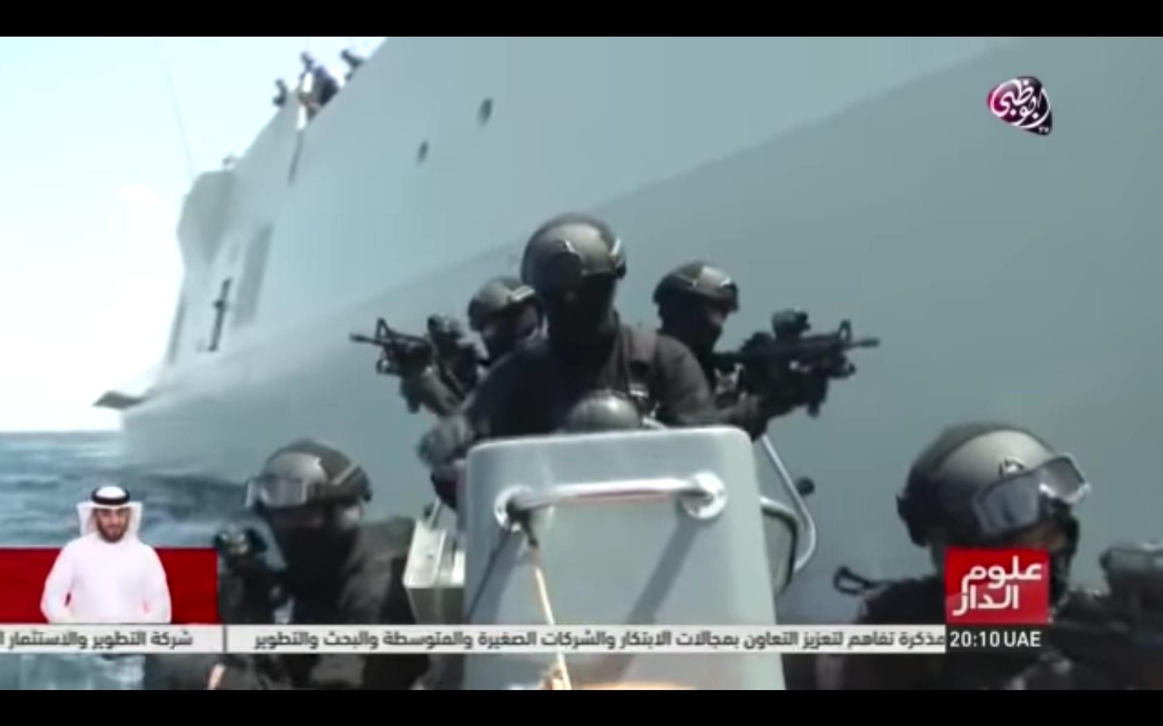 En reportage fra emiratisk tv viser, hvordan et emiratisk krigsskib med radarsystemer fra danske Terma stopper et  fragtskib som led i blokaden af Yemen. Optagelser fra Aloom al-Daar / Youtube 2015