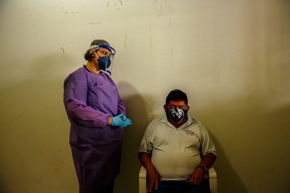 En læge fra Læger uden Grænser taler med en patient i en by i Amazonas. Foto: MSF