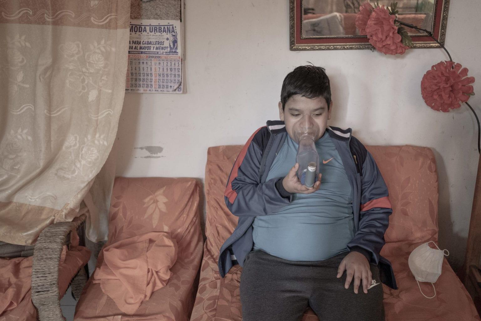 Lucas Morales Castillo er 12 år gammel og han astma. Han bruger en maske til at gøre vejrtrækningen roligere under et astmaanfald. I de perioder, hvor fiskemelsfabrikkerne maler mel, bliver Lucas' astma værre.
