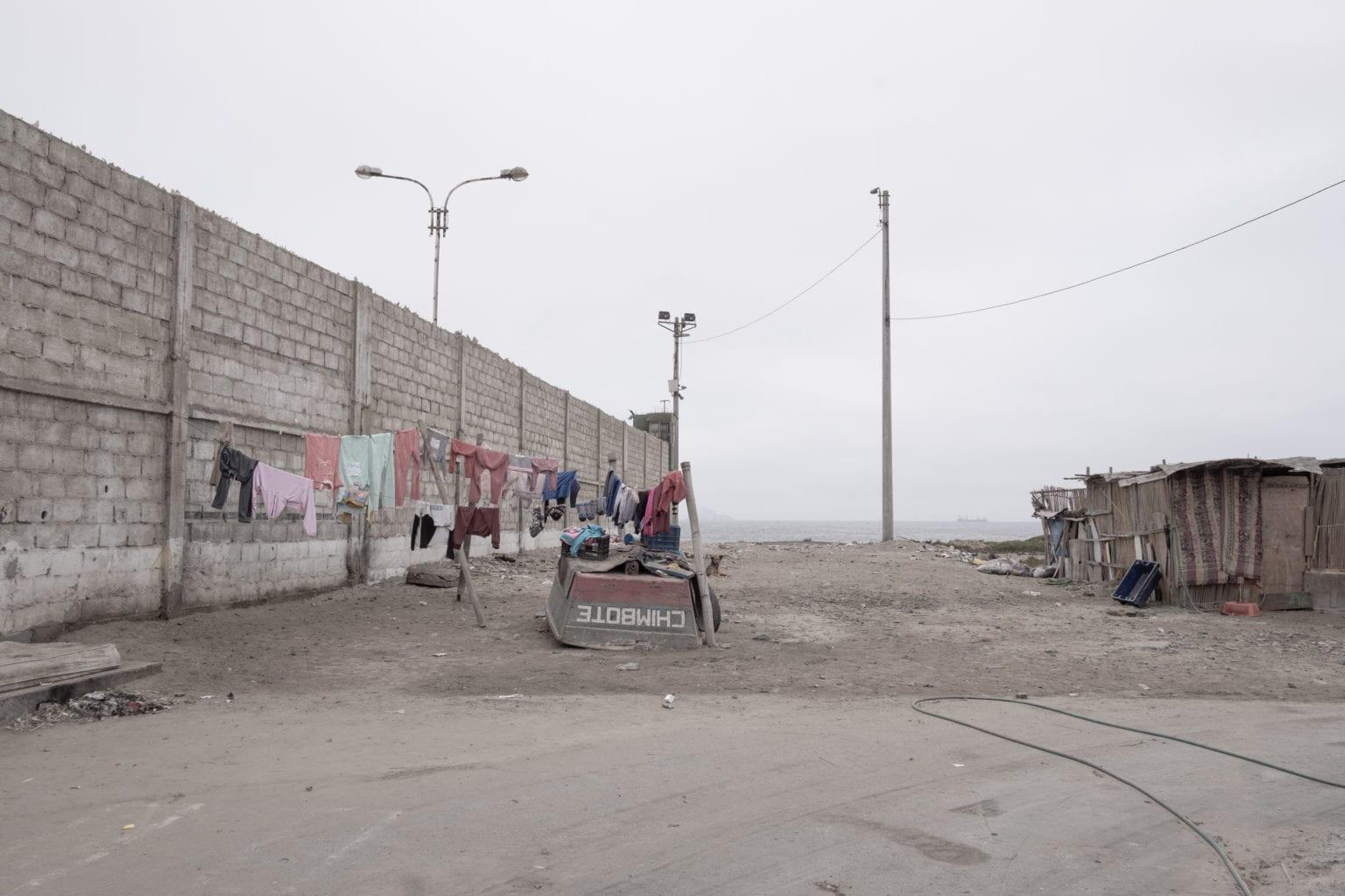 Fiskemelsfabrikkerne er flyttet ud af byens centrum. M også i dag bor mennesker op og ned af fabrikkerne. Lugten af rådden fisk er intens, og den sidder i tøjet, som tørres i vinden.