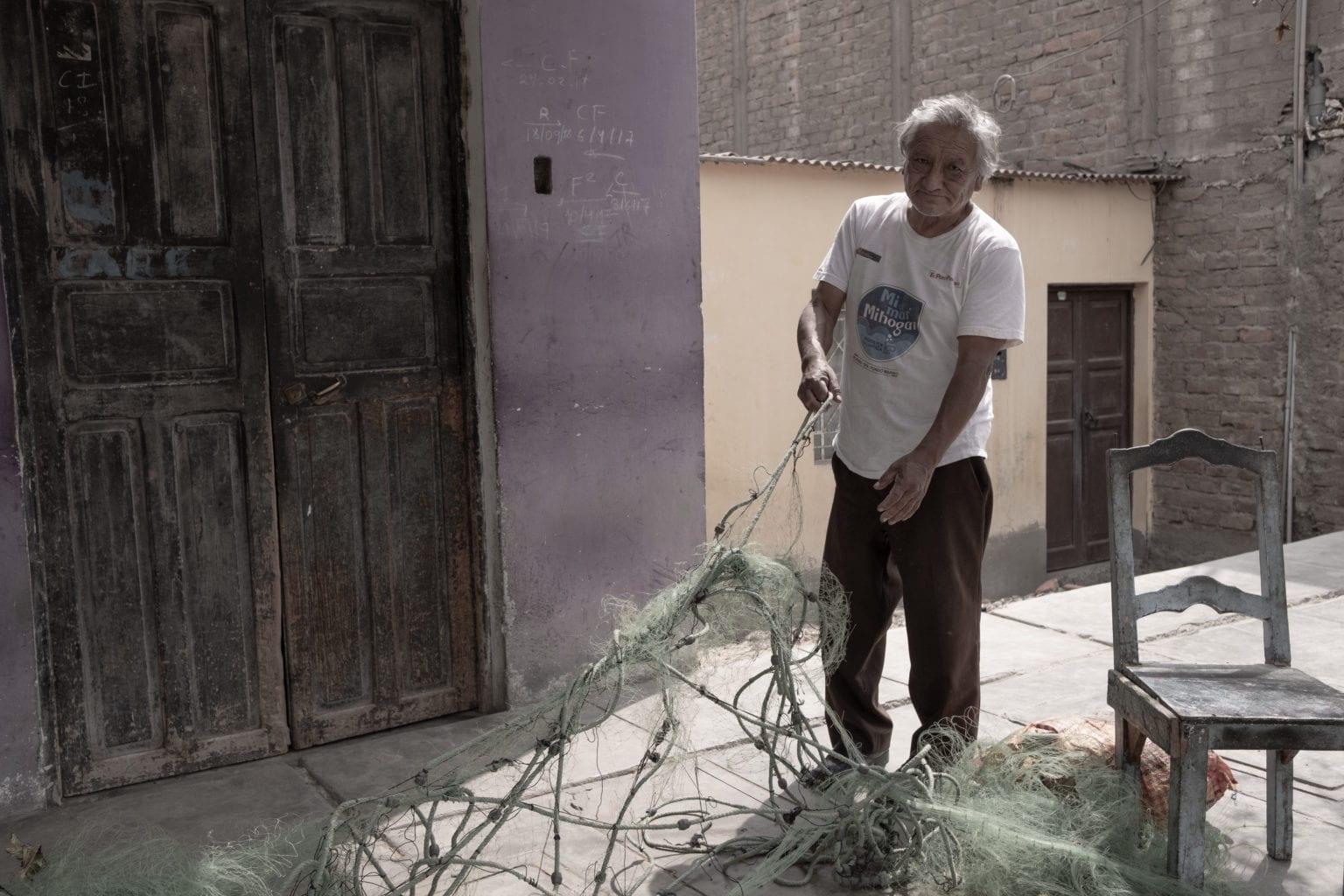 Edmundo Aparicio Fermani fisker ikke til fiskefabrikkerne, men til det lokale marked. Edmundo er bekymret over forureningen fra de store fiskemelsfabrikker, da det slår fiskene ihjel og går ud over fiskernes indtjening.