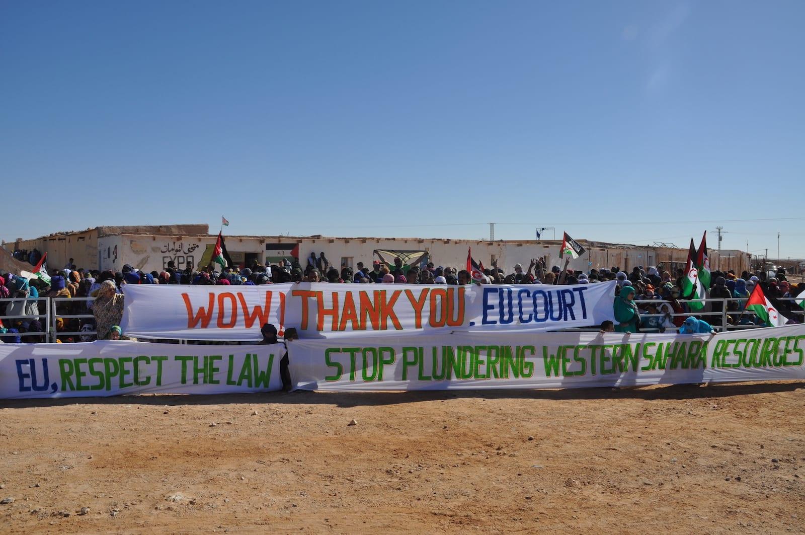 Uden for en flygtningelejr i Algeriet har en gruppe Saharawier taget plads for at sende en besked til både EU-domstolen og til EU