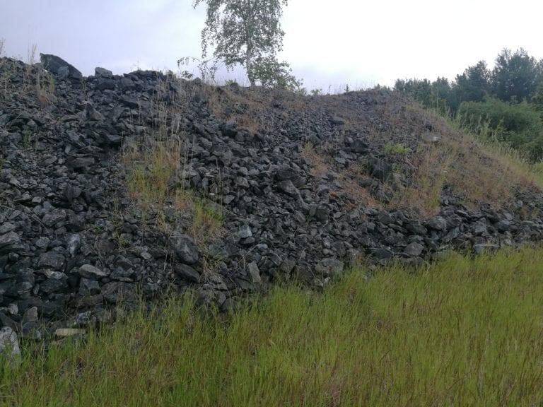 1000 tons malm fra Kvanefjeld deponeret ved forskningscenter Riøs, før det blev overdækket, fordi stoffer som fluorid risikerer at udvaske til grundvandet.