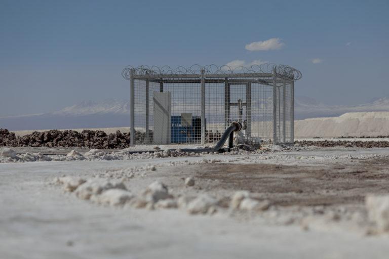 Pumpe, der suger saltlage op fra Atacamas undergrund. SQM og Albemarle har tilsammen licens til at pumpe omkring 2000 liter saltvand op i sekundet.
