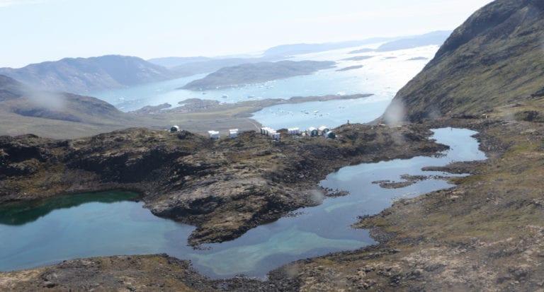 Søen Taseq på toppen af fjeldet skal være affaldsdepot for minedriften på Kvanfjeld. Efter 37 år vil søen indeholde 100 millioner ton radioaktivt affald og være stærkt fluorforurenet. Foto: Greenland Minerals.