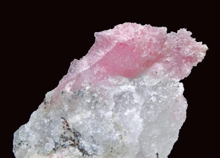 Det lyserøde mineral villumite er et af de mange mineraler, der findes i Kvanefjeldet. Det er letopløseligt i vand og har et meget højt indhold af fluor. Foto: Parent Géry