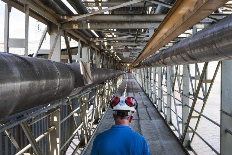 Lange baner af rør er designet til at pumpe soja ud til skibene.