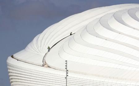 Arbejdere på toppen af Al Janoub stadion under en pressevisning i Doha, Qatar, den 16. December 2019. Al Janoub stadion er blandt de otte stadions, hvor FIFA World Cup i fodbold skal spilles i 2022. EPA/ALI HAIDER